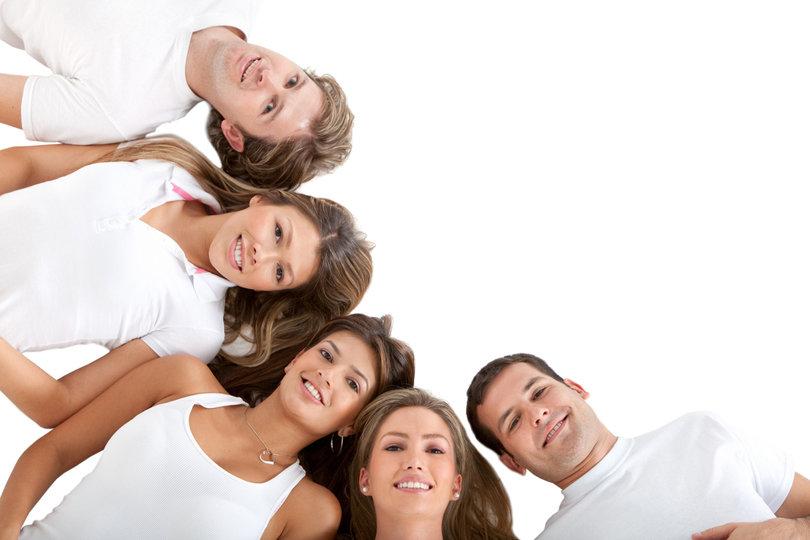 fehér pólós fiatalok félkörben