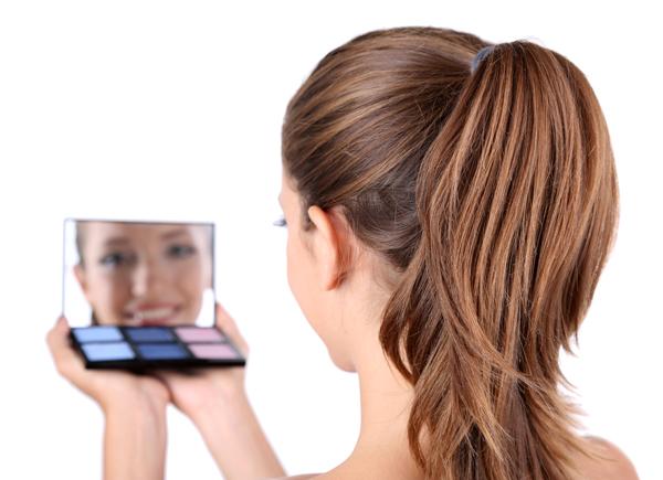 fiatal lány a tükörbe mosolyog