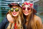 2 barátnő napszemüvegben