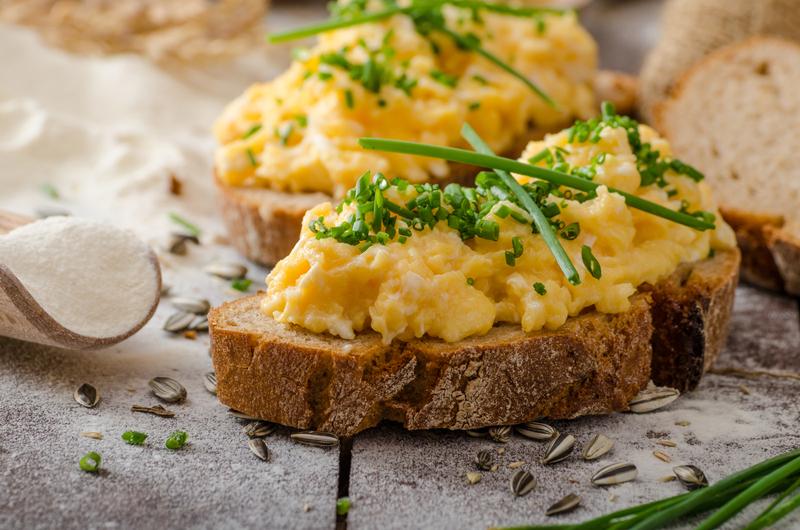 tojáskrém kenyérre kenve