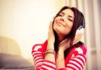 fiatal lány fülhallgatóval hallgat zenét