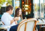 egy fiú és lány ül egy kávézóban