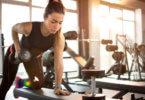 lány az edzőteremben súlyzózik
