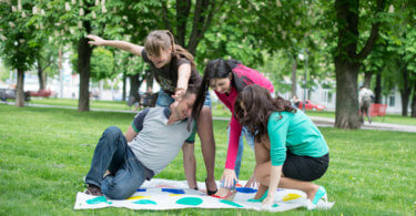 fiatalok Twistert játszanak a kertben