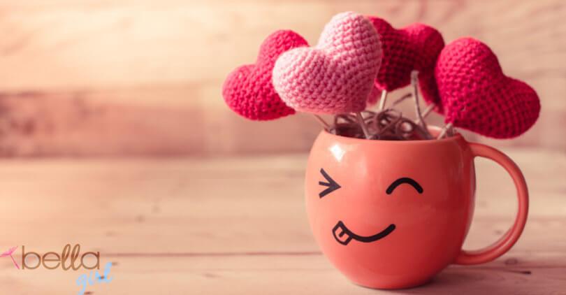 mosolygós bögrében horgolt szívecskék